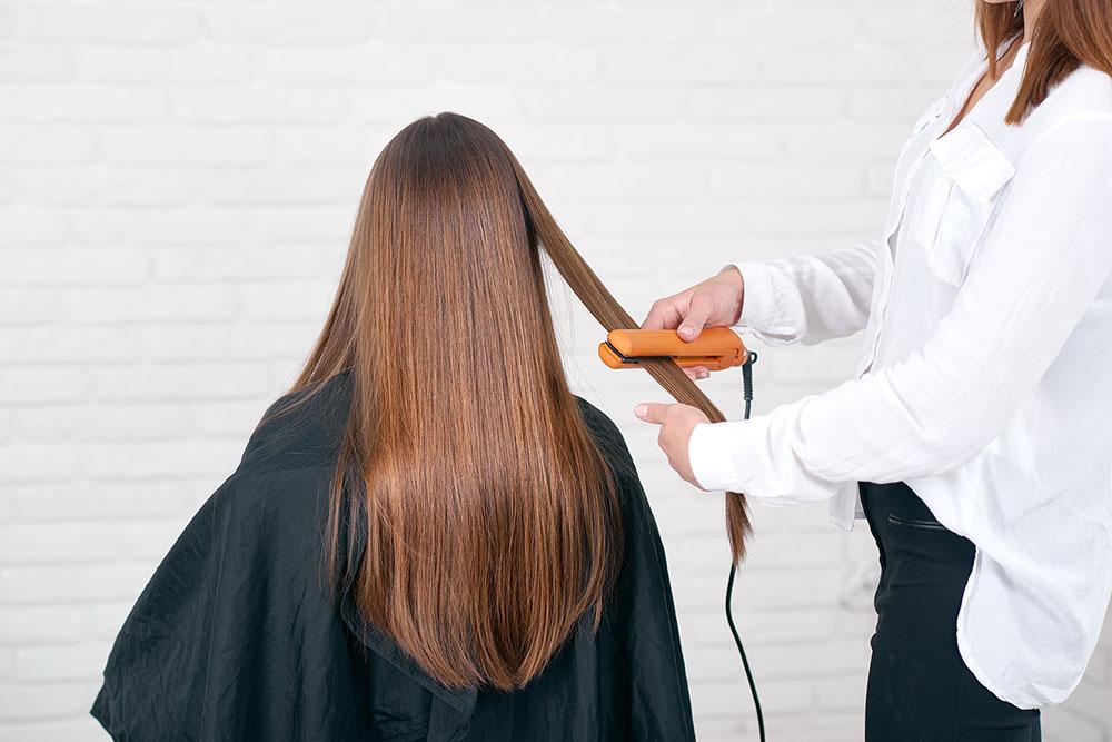 שוקלת לעבור החלקת שיער במספרה? 5 טיפים שכדאי לשים לב אליהם - המומחים להחלקות שיער